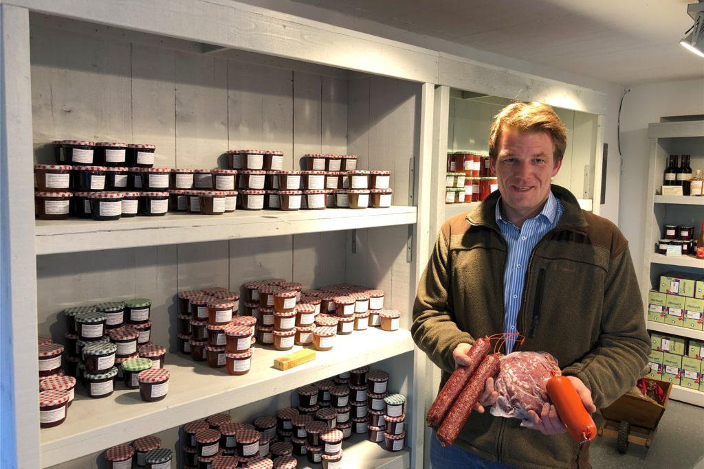 Christoph Schulte zeigt die Wildschweinbratwurst und den Wildbraten, den es im Hofladen auf Haus Westhemmerde gibt. Auch selbstgemachte Marmelade gibt es dort.