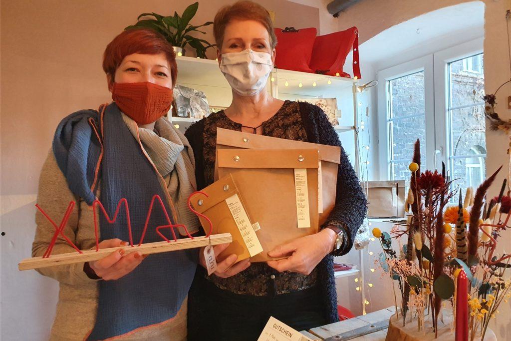 Nicole Kasan (links) und Dagmar Knappkötter-Esch arbeiten im Hofatelier, wo es ihre kreativen Deko-Ideen, Tücher und Taschen auch direkt zu kaufen gibt. Hier zeigt Nicole Kasan Deko aus Draht, Dagmar Knappkötter-Esch zeigt Verpackungen für Lebensmittel aus Unverpackt-Läden aus waschbarem Papier.