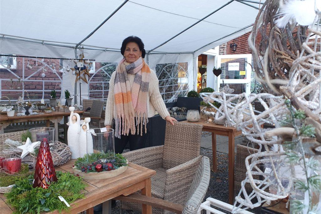Andrea Müll betreibt eigentlich das Hofcafé. Nun backt sie unter anderem Waffeln im Zelt auf dem Hof und betreut den verkauf von Dekoration.
