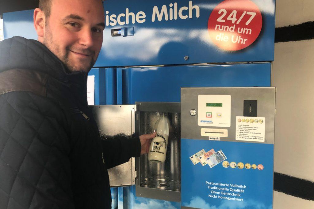 """Gunther Lategahn """"melkt"""" den Automaten: Auf Knopfdruck können Kunden so viel Frischmilch selbst in Gefäße zapfen, wie sie brauchen."""