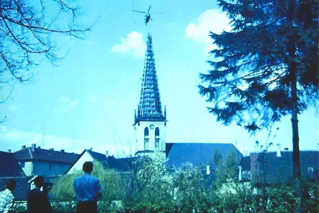 Ein weiteres Bild von Werner Niederastroth zeigt eine Totale von der Kirche mit Hubschrauber darüber.