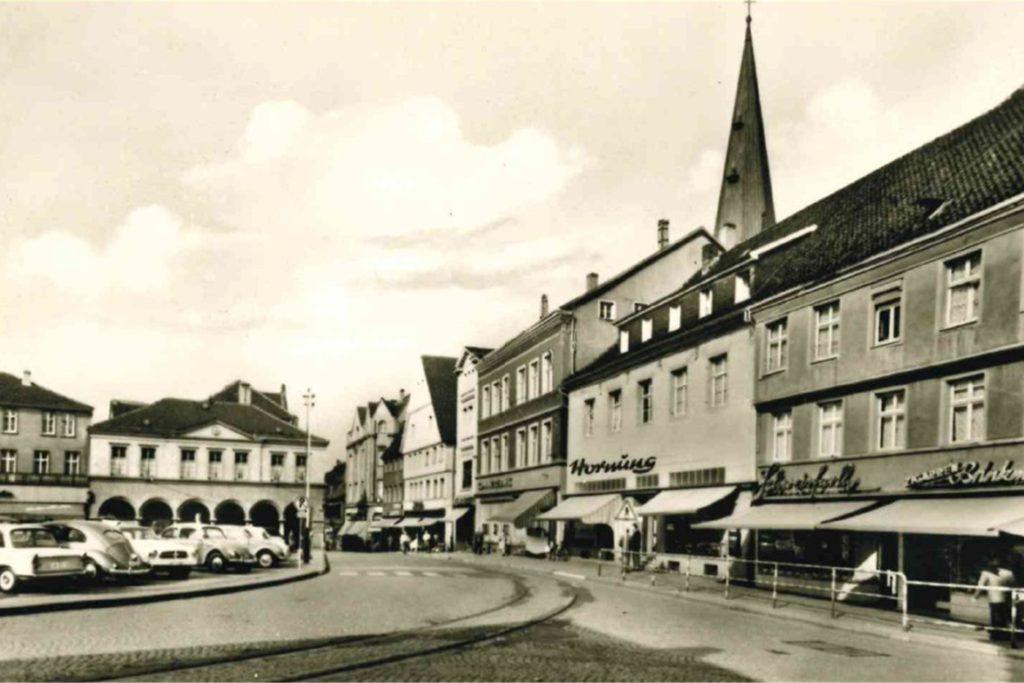 Auf dem Alten Markt konnten damals noch Autos parken und Straßenbahnen fahren. Für den Hubschraubereinsatz der Bundeswehr war er aber als Notlandeplatz gesperrt worden.
