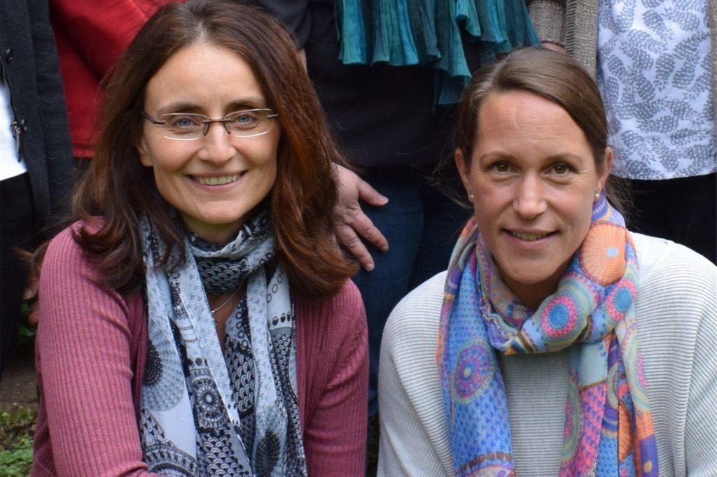 Christine Göke (r.) ist Hebamme. Die Schwerterin und ihre Freundin und Kollegin Astrid von Arend (l.) ärgern sich über die extrem hohe Vergütung, die Ärzte für das Impfen bekommen.