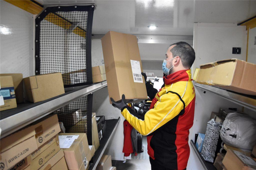 Im Lieferfahrzeug hat alles seinen Platz. Die Pakete sind nach Straßen vorsortiert.