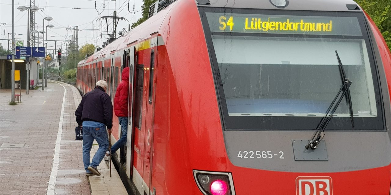Betrunkener entblößt sich im Zug und bespuckt Polizisten