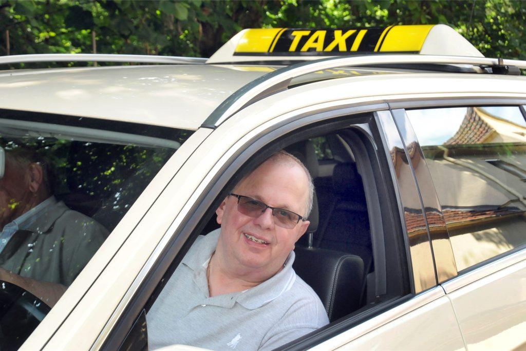 Martin Fischer erfuhr während seines Dienstes als Taxifahrer von der Geburt der kleinen Emma, der er das erste Taschengeld ihres jungen Lebens schenkte.