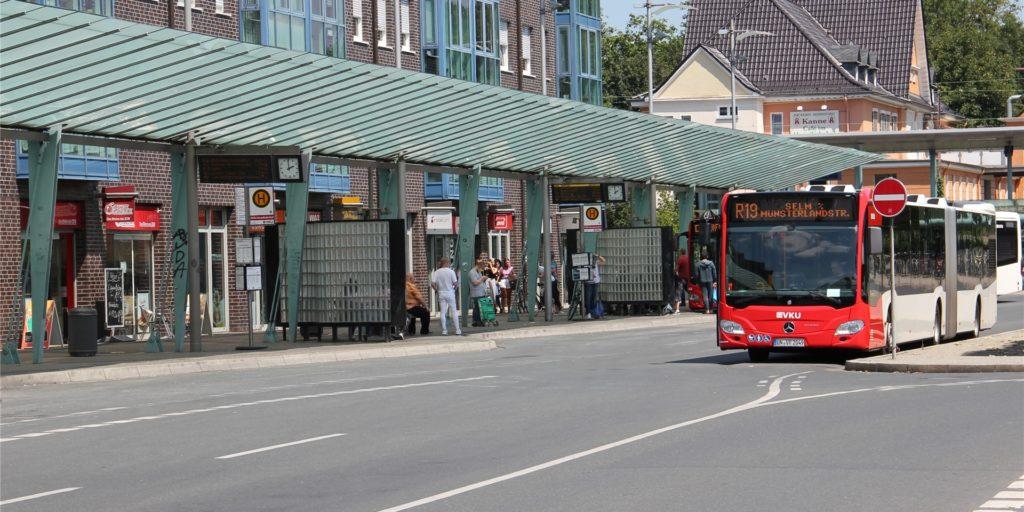 Zwei Gruppen Jugendlicher prügelten sich am Busbahnhof. Jetzt sucht die Polizei einen speziellen Zeugen.