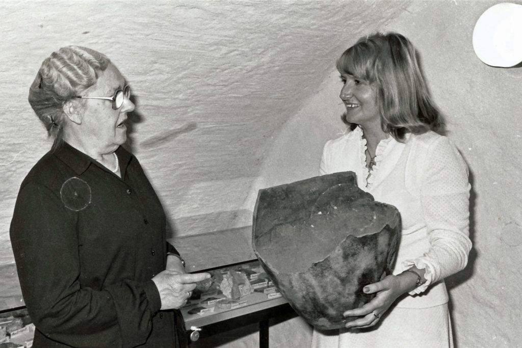 Karl Pollenders Witwe überreichte der hauptamtlichen Nachfolgerin Heidelore Fertig-Möller noch einige Stücke aus dem privaten Fundus des leidenschaftlichen Sammlers.