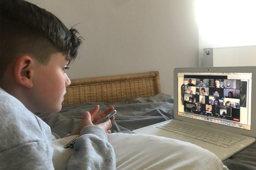 Unterricht per Videokonferenz: Bis Ende Januar werden Schulen und Kitas zubleiben. Eine große Herausforderung für viele Eltern.