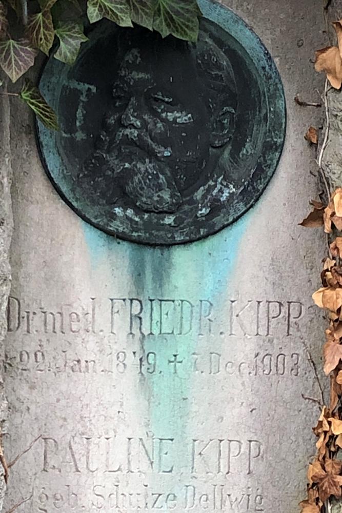 Dr. Friedrich Kipp liegt auf dem Westfriedhof bestattet. Ihm verdankt Unna nicht nur das Evangelische Krankenhaus, sondern auch eine kurze Phase der Seidenraupenzucht in der Stadt.