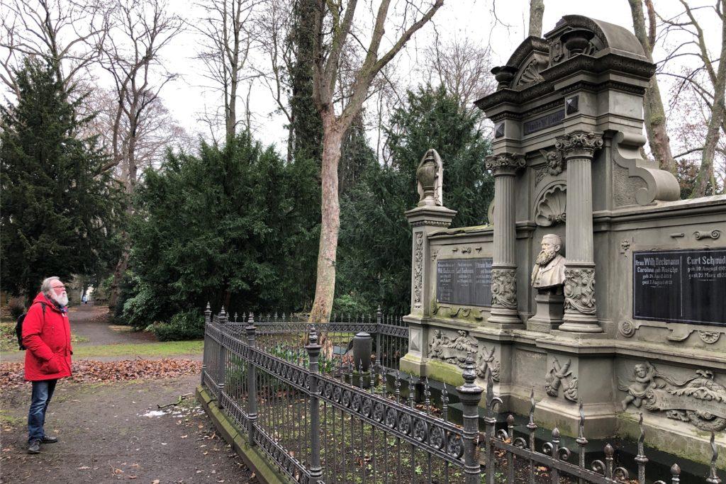 Wolfgang Patzkowsky, Vorsitzender des Vereins zur Förderung und Pflege der Brau- und Kneipenkultur, steht vor dem Grabmal von Wilhelm Beckmann, der die Lindenbrauerei zum Großbetrieb umbaute.
