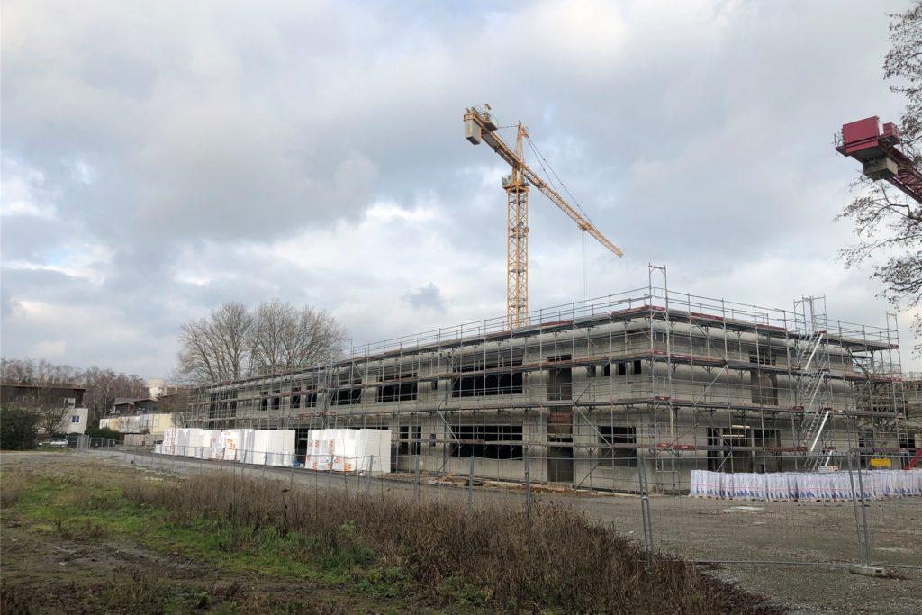 """Dort, wo bis Herbst 2019 die Gebäude der Anne-Frank-Realschule standen, entsteht jetzt der Bildungscampus, der Förderzentrum, Weiterbildungskolleg und Mensa für die Berufskollegs unter seinem Dach vereinen soll. Es gibt bereits die Anregung, ihn """"Anne-Frank-Campus"""" zu nennen."""