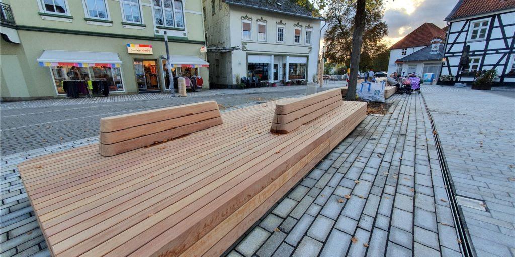 Viel Fläche zum Sitzen, aber nur wenig zum Anlehnen. Vor allem ältere Bürgerinnen und Bürger in Fröndenberg übten in den vergangenen Wochen Kritik an fehlenden Aufstehhilfen.