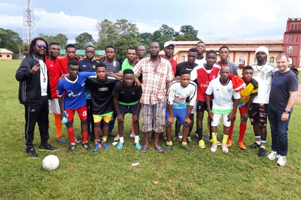 Toni Tuklan (l.) hat bereits in der Vergangenheit Sportartikel mit nach Nigeria genommen und dort Kindern und Jugendlichen überreicht.