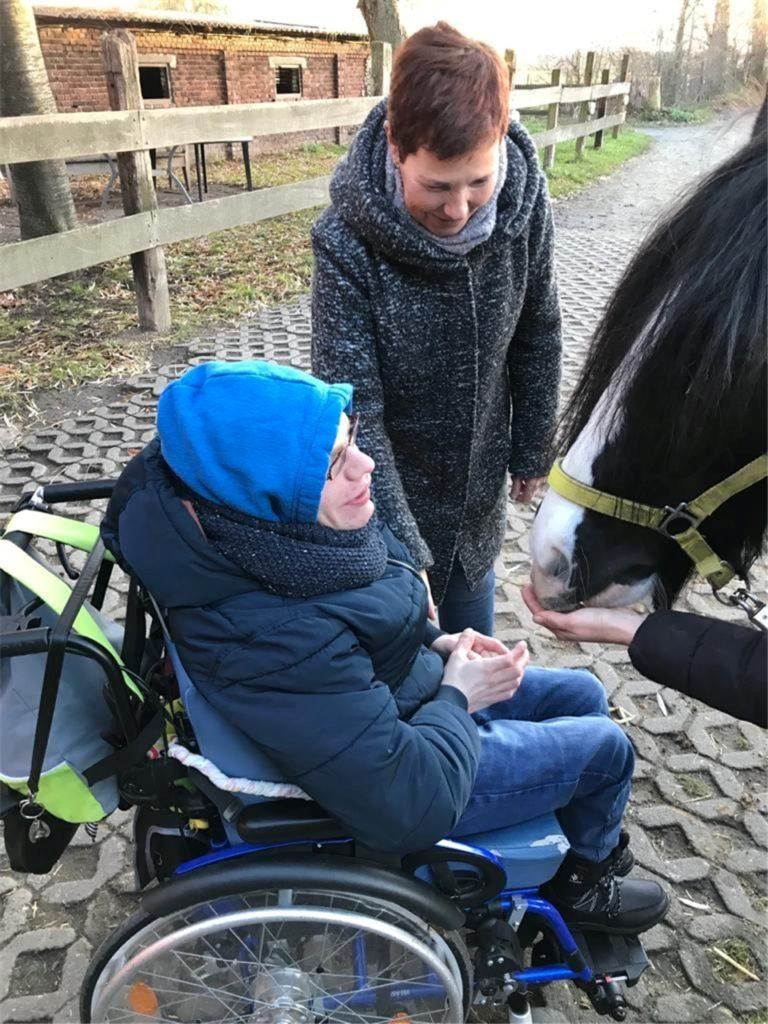 Justin Wolf am Reitstall einer Bekannten - in der Vor-Corona-Zeit. Der 21-Jährige liebt Pferde sehr.
