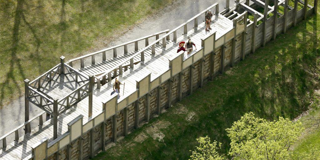 Die Holz-Erde-Mauer ist bisher das Glanzstück des Römerparks Bergkamen. Sie soll noch durch ein Lagertor ergänzt werden.