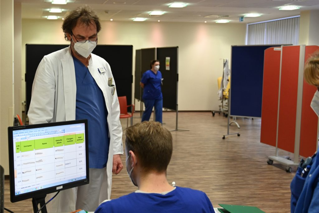 Chefarzt Dr. Lüders, hier an der Registrierung durch Etienne Naffin, bildet den Abschluss des erste Impftages.
