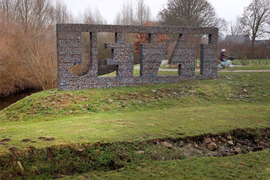 """""""JETZT und der Fluss"""" heißt dieses Kunstwerk von Christian Hasuchas, das aus dem Kulturhauptstadtjahr Ruhr.2010 stammt."""
