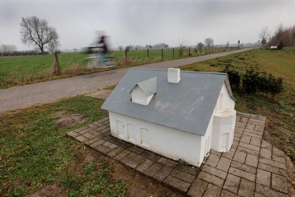 """,,Here comes the rain"""" (2013) von Köberling/Kaltwassee am Sesekeweg in Bönen zeigt Modellhäuser des 20. und 21. Jahrhunderts im Maßstab 1:10."""