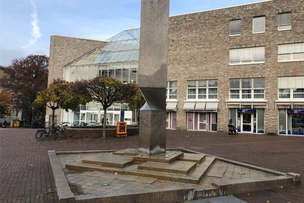 """Der Brunnen vor dem Rathaus soll neben seiner Bedeutung für die Kunst auch eine ganz praktische Funktion haben: Er verhinderte Auftritte der """"Kelly Family"""" in Unnas Mitte."""