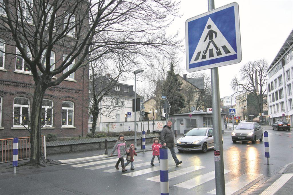 """Von wegen London: Das berühmte """"Abbey Road""""-Plattencover der Beatles entstand Gerüchten zufolge in Unna - und zwar an der Kreuzung zwischen Nicolaischule und Katharinen-Hospital."""