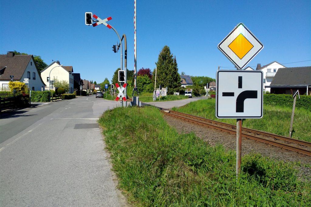 Am Bahnübergang Westfeld/Talstraße in Fröndenberg-Ardey hatte ein Mann einer Betrügerin eine fünfstellige Geldsumme übergeben.