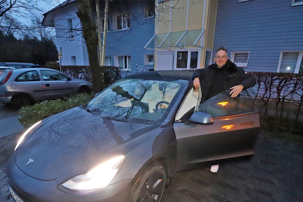 Tesla-Fahrer Marcus Wienbrandt soll nicht mehr lange warten auf eine Ladesäule in der Gartenstadt Sesekeaue. Die UKBS kündigte an, dort eine Ladesäule zu installieren.