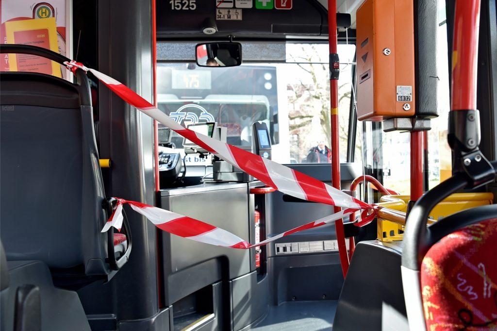 Im März wurde in DSW-Bussen der Bereich des Fahrers durch Absperrband von dem der Fahrgäste getrennt.