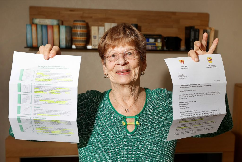 Renate Gaffron mit dem Anschreiben der Stadt Kamen. Nach 13 Stunden vergeblichen Versuchen war sie am Montagabend erfolgreich bei der Buchung zweier Impftermine.