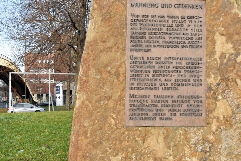 Dieser Mahn- und Gedenkstein erinnert an das Stalag VI D und seine Gefangenen. Das Mahnmal steht an der Brücke in Richtung Lindemannstraße.