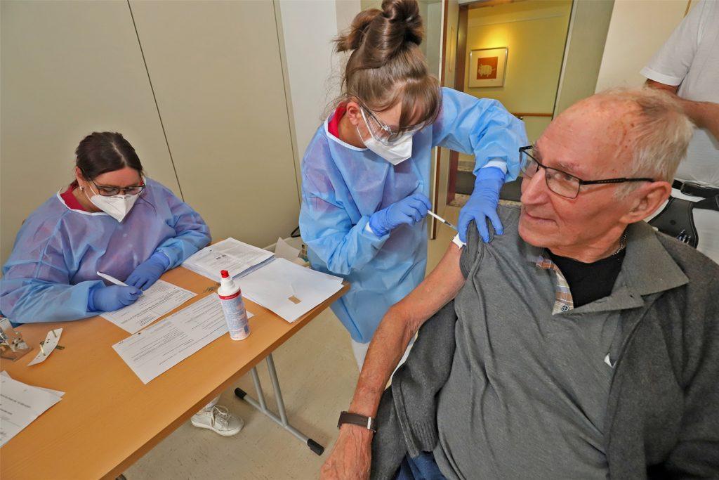 Medizinische Fachangestellte der Praxis von Volker Farfsing verabreichten die Corona-Impfung in einem von vier Impfräumen auf dem Hirschberg.