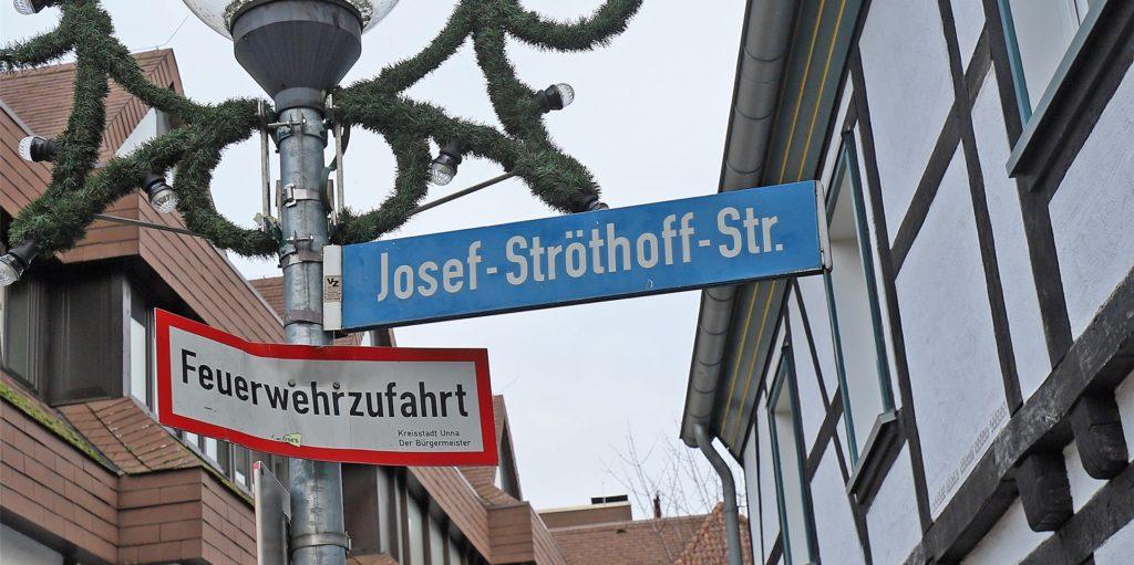 Josef Ströthoff war Unnas erster ehrenamtlicher Bürgermeister nach dem Zweiten Weltkrieg und ist einer der vier Ehrenbürger der Stadt. Nach ihm ist eine Straße in der Innenstadt benannt.