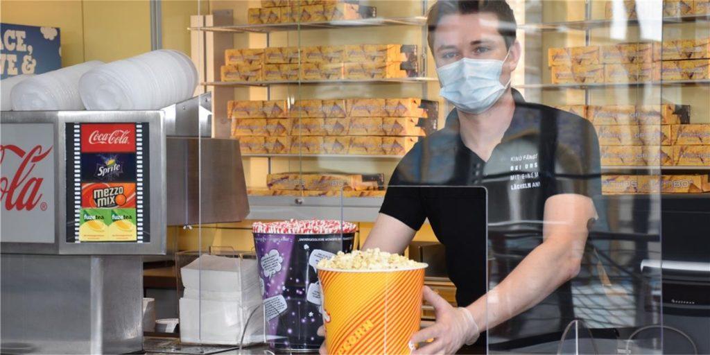 Max Biela und das Team bieten jetzt Popcorn und Nachos im Außenverkauf an.