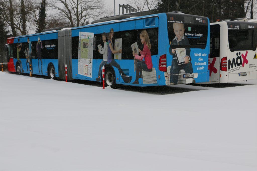 Mit einem Gelenkbus geht es auf die Testfahrt. Diese Busse, darunter mit Werbeaufschriften des Hellweger Anzeigers und des Fachmarkts Mäx, stehen mit weiteren 50 Bussen in Bereitschaft.
