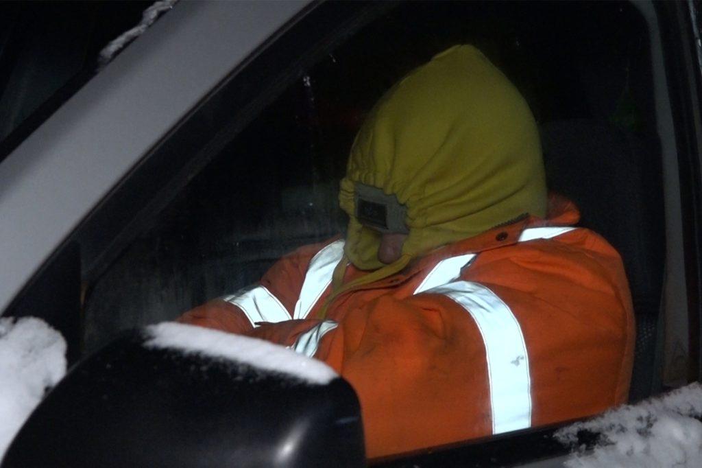 Ein Fahrer schläft in seinem Wagen auf der Autobahn A2 bei Bielefeld. Auf der A2 bei Bielefeld verbrachten Fahrer und Mitfahrende die ganze Nacht auf der Straße und mussten bei klirrender Kälte zum Teil mehr als 16 Stunden lang in ihren Autos ausharren.