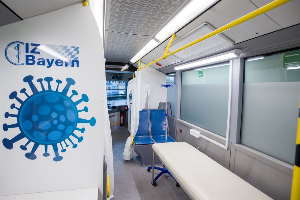 Blick in einen Impfbus in Nürnberg: Hier wurde ein Linienbus umgebaut, um mobil gegen Corona impfen zu können.