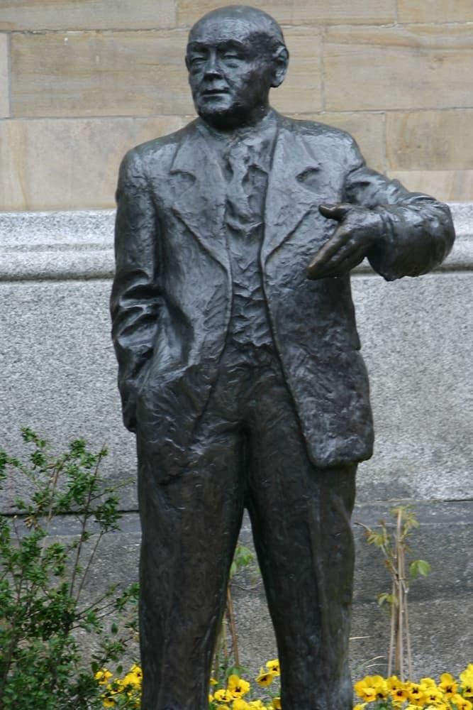 In Hagen, wo Fritz Steinhoff zweimal ehrenamtlicher Oberbürgermeister war, erinnert eine Statue an den ehemaligen Ministerpräsidenten des Landes NRW.