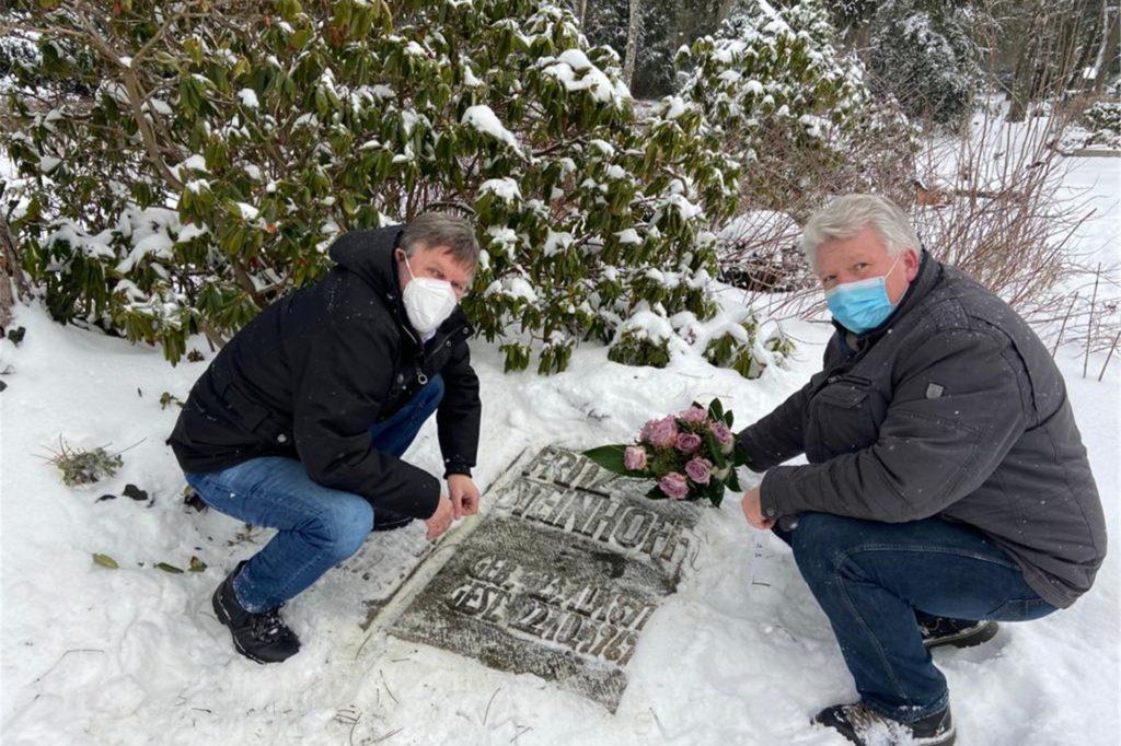 Auf dem Hauptfriedhof in Iserlohn befindet sich das Grab von Fritz Steinhoff und seiner Frau Käthe. Peter Kracht (links) und Hartmut Ganzke besuchten die Grabstelle im Vorfeld des Jahrestages am 20. Februar. An diesem Tag vor 65 Jahren wurde Steinhoff als NRW-Ministerpräsidenten vereidigt.