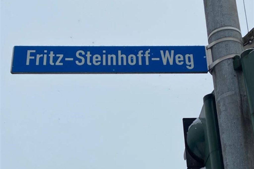 In Massen ist seit 2007 ein Fußweg nach dem ehemaligen NRW-Ministerpräsidenten benannt, der seine Jugend in Massen verbrachte und hier auf der Zeche arbeitete. Ortsvorsteher Peter Kracht hat beantragt, dass das Schild um zusätzliche Informationen zur Person Steinhoffs ergänzt wird.