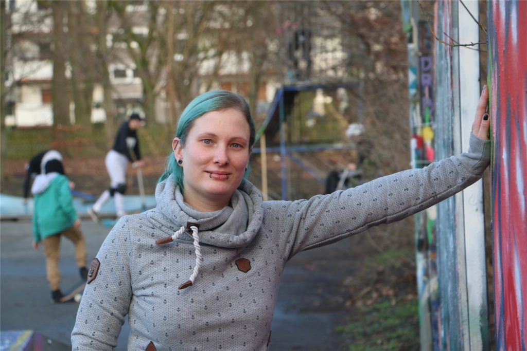 Mirja Stoltefuß, 34, ist seit einem Jahr als studentische Fachkraft im Jugendkulturcafé und als Streetworkerin beschäftigt. Wie hier im Postpark sucht sie Jugendliche auf, um mit ihnen zu reden.