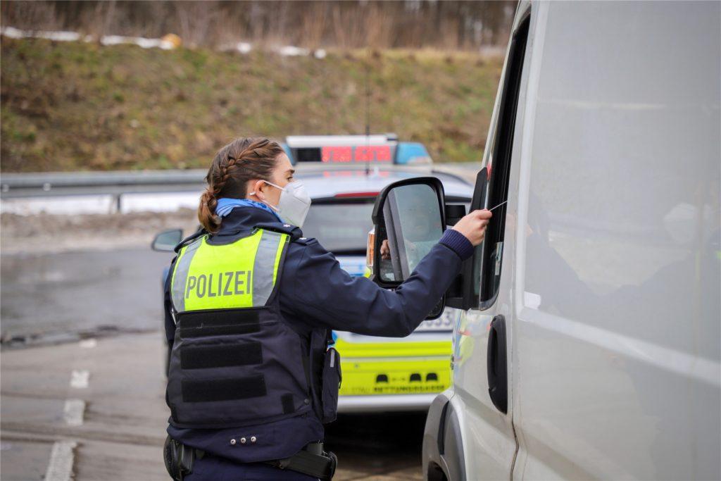 Auf einem Autobahnparkplatz und an einer Landstraße nahe Bönen hat die Kreispolizeibehörde Unna ihre verstärkte Überwachung des Lieferverkehres eröffnet. Auf je drei Kontrollen kamen dabei zwei Verstöße.