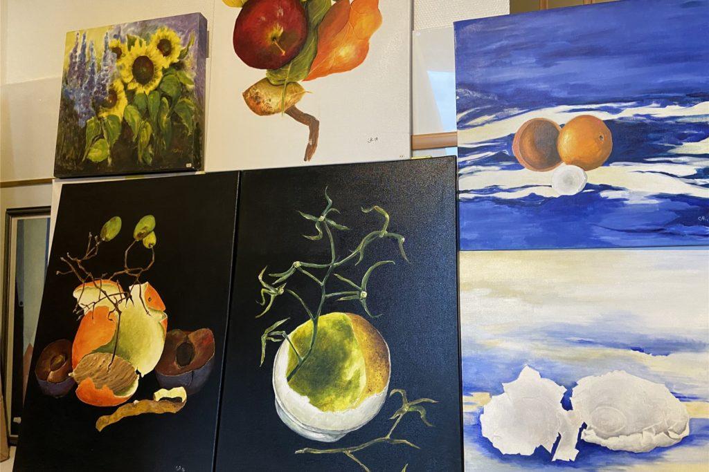 Kontrastreiche Metaphorik: Gabriele Raat hat in mehreren ihrer Werke Abfallreste gemalt. In weggeworfenen Obstresten etwa erkennt sie eine gewisse Schönheit.