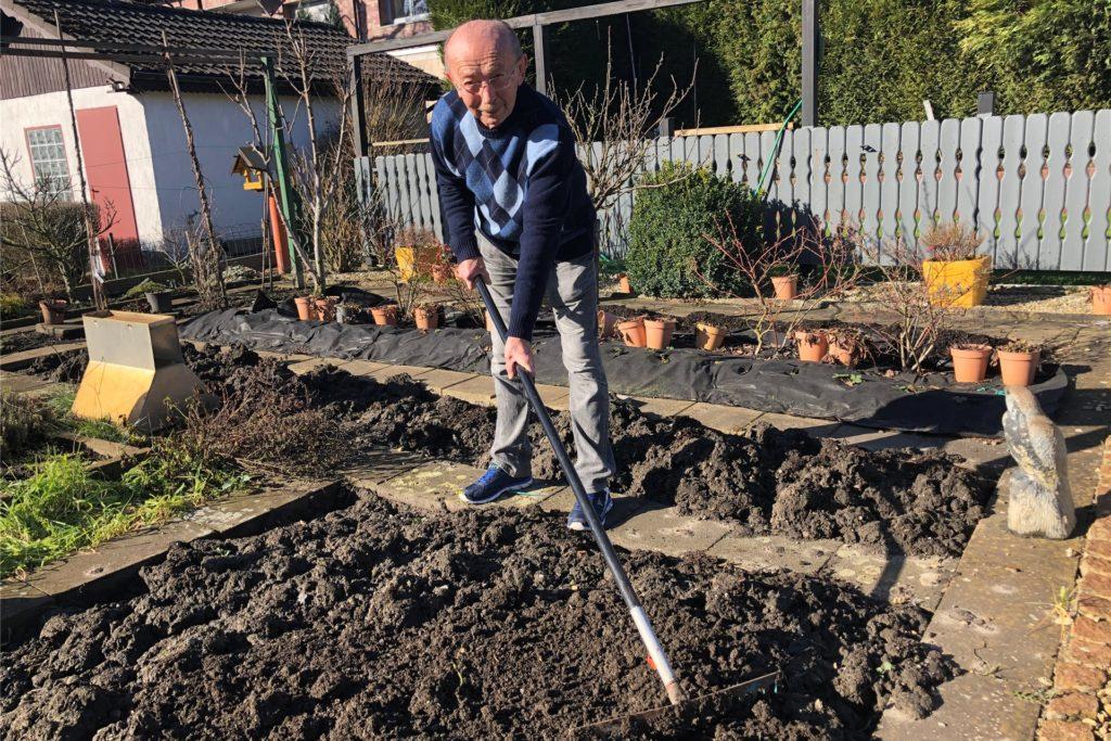 Heinrich Dziuba ist seit elf Jahren Kleingärtner und weiß: Nur wenn der Boden richtig locker ist, kann Gemüse gut wachsen.
