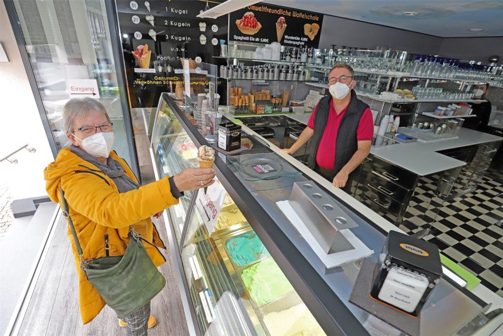 """Das """"La Venezia"""" an der Massener Straße hat bereits geöffnet. Eisverkäufer Willy (rechts) verkaufte am ersten sonnig-warmen Wochenende vor allem Pistazie und Pfefferminz."""