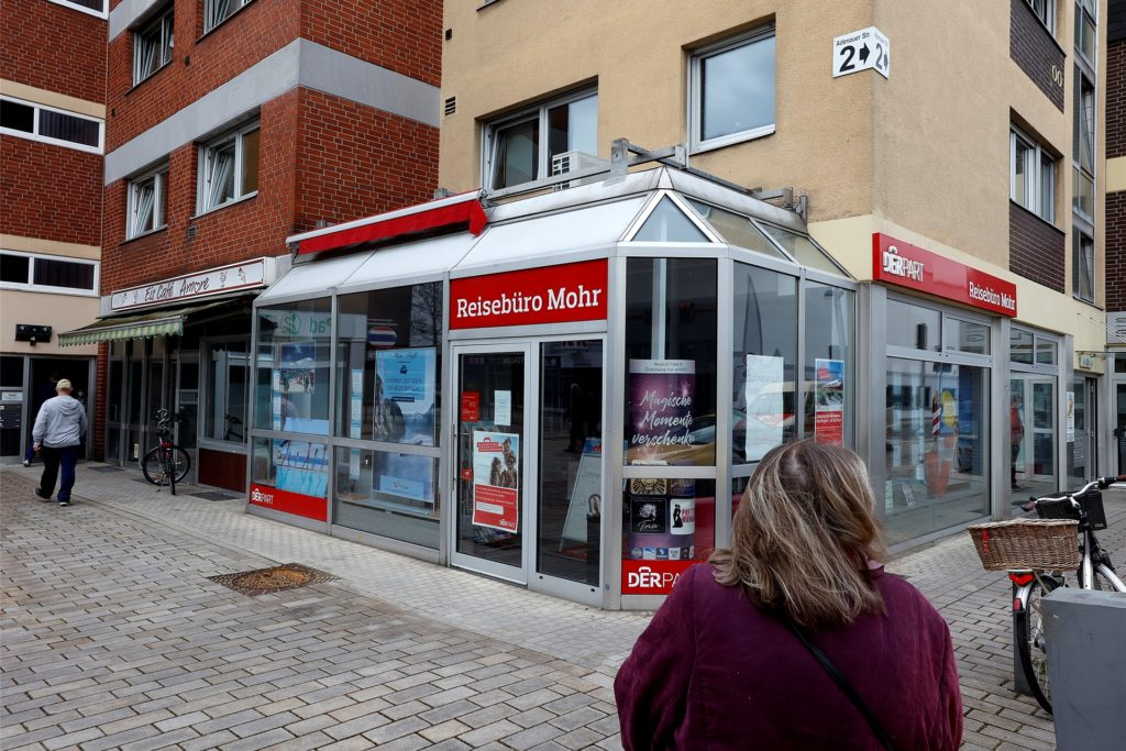 Das Reisebüro Mohr liegt in der Fußgängerzone und profitierte von der Nähe zum Einkaufszentrum Kamen-Quadrat. 2016 hatte das etablierte Reisebüro den Standort gewechselt und war aus dem Pavillon am Willy-Brandt-Platz gezogen.