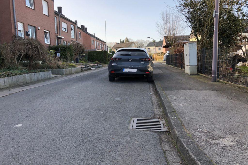 Autos parken auf der Massener Straße am Fahrbahnrand: Ein gewohntes Bild seit vielen Jahrzehnten. Doch jetzt hat die Stadt angekündigt, das offiziell geltende Parkverbot durchzusetzen und hat erste Ermahnungen verteilt.