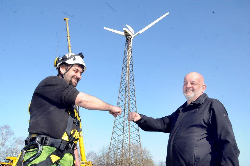 Corona-konform mit der Ghetto-Faust besiegelten Andreas Kronfuß (l.) und Bernd Degwer (r.) den Verkauf des Windrads auf dem Bürenbruch.