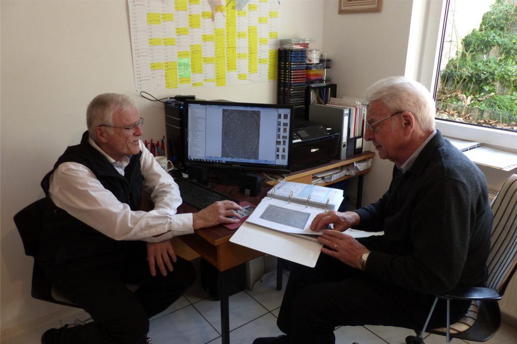Über mehrere Jahre arbeiteten Hartmut Hegeler (links) und Jürgen Düsberg an den Übersetzungen der Grabstein-Inschriften. Erschwert wurden ihre Recherchen durch fehlende Grabstein-Teile und durch zugebaute Grabsteine.