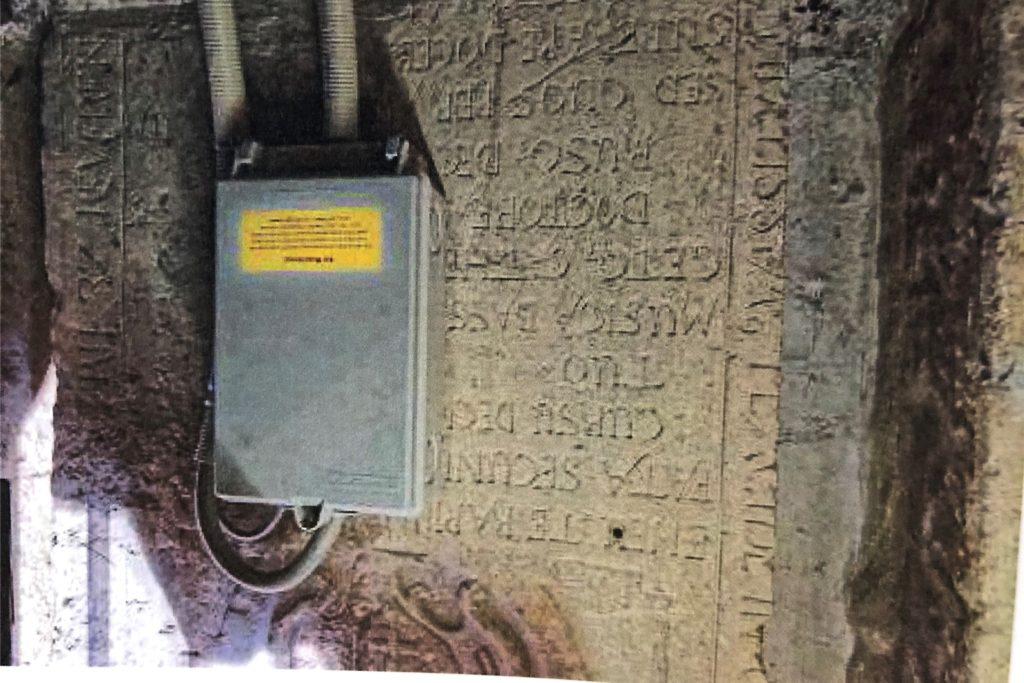 Wirklich gewürdigt wurden viele der Grabsteine in der Stadtkirche Unna bisher nicht: Auf diesem Exemplar wurde sogar ein Stromkasten montiert.