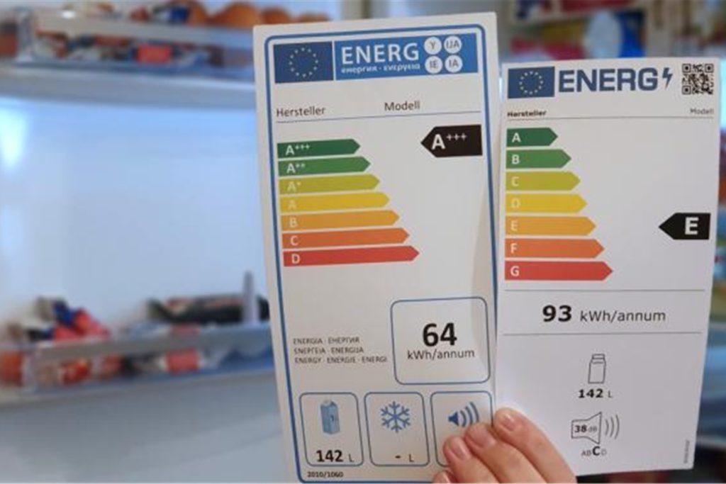 Links das alte, rechts das neue Energielabel für denselben Kühlschrank. Das Gerät rutscht von Effizienzklasse A+++ in die Klasse E. Auch der jährliche Verbrauchswert in kWh ist auf dem neuen Label anders, weil sich die Messmethoden verändert haben.